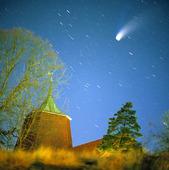 Kometen Hale Bopp ovanför Björlanda kyrka, Göteborg