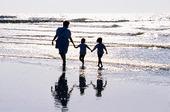 Mamma med barn vid havet