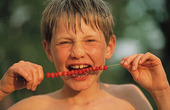 Pojke äter smultron