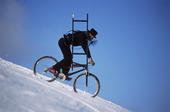 Sotare på cykel i snö