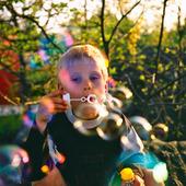 Pojke blåser såpbubblor