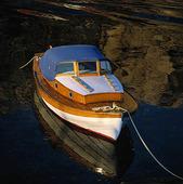Förtöjd motorbåt