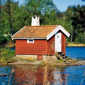 Röd stuga vid sjö