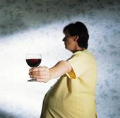 Gravid kvinna med vinglas
