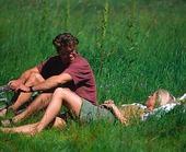 Par på gräsmatta