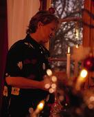 Kvinna vid julgran