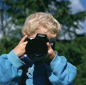 Pojke fotograferar