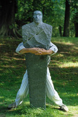 Människa bakom skulptur