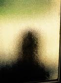 Människa bakom fönster