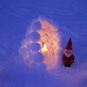 Tomte vid snölykta