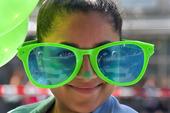 Flicka med stora glasögon