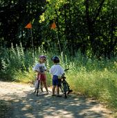 Barn med cyklar