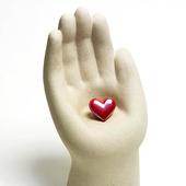 Rött hjärta i hand