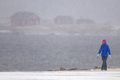 Kvinna i snöoväder