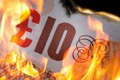 Brittiska 10 pund som brinner