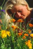 Kvinna vid blommor