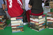 Ungdomar som sitter på böcker