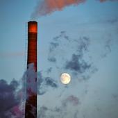 Månen vid fabriksskorsten