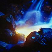 Belyst vattenfall