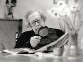Äldre kvinna med förstoringsglas