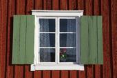 Fönster på röd stuga