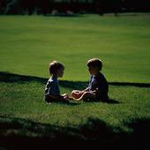 Pojkar på gräsmatta
