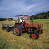 Bonde på traktor