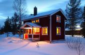 Vinterstuga i skymning