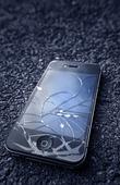 IPhone med trasig skärm på asfalt