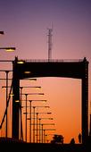 Gatubelysning på bro i skymning