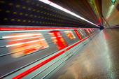 Metro tåg i rörelse
