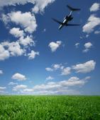 Flygplan ovanför gräsmatta