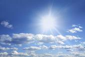 Solen på blå himmel