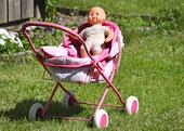 Babys docka i en vagn