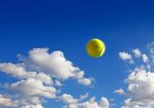 Tennisboll i luften