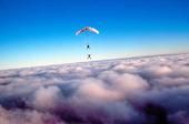 Fallskärmshoppare ovan moln
