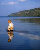 Flicka vid sjö