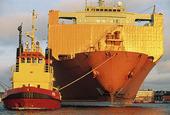 Bogserbåt med lastfartyg