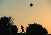 Pojke leker med boll