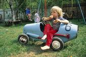 Pojke med racerbil
