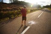 Pojke som kissar på landsväg