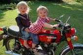 Pojkar på motorcykel