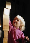 Barn bygger med klotsar