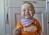 Glad pojke äter banan