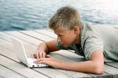Pojke med dator