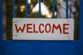 Welcome, skylt på restauang