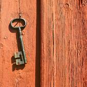 Hängande nyckel på trävägg