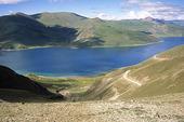 Yamzho sjön i Tibet, Kina