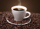 Kaffekopp bland kaffebönor