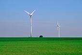 Vindkraftverk vid åkerlandskap